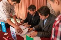 Podpis pogodbe za vstop v mrežo OPUM s strani župana občine Zagorje Matjaža Švagana in izvršenga direktorja UNICEF Slovenija Tomažem Bergočem.