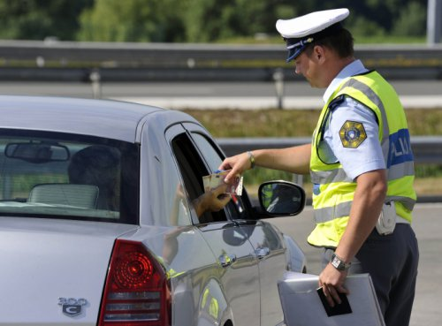 64888652_kontorla-prometa-policist-policija-prometna-varnost