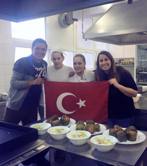 Z dijaki Srednje šole Zagorje so pripravili kuharske delavnice, kjer so predstavili svojo tradicionalno kulinariko. Na fotografiji z leve proti desni: Orkun Kırça iz Turčije, dijakinji Srednje šole Zagorje, Tina Napret in Laura Pavlič, Marisa Ieridou iz Turčije. FOTO: Orkun Kirca