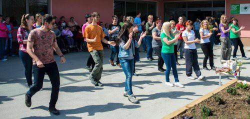 """Na dogodku z naslovom """"Javna postavitev visoke grede"""" so prostovoljci skupaj z uporabniki Varstveno-delovnega centra Zagorje tudi zaplesali. FOTO: Tomaž Zupan (www.zupan.pro)"""