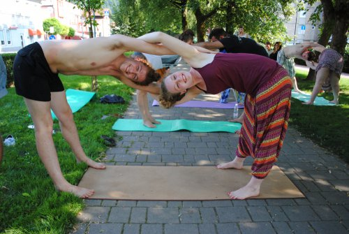 Acroyoga v Parku dr. Janeza Drnovška (udeleženci mednarodne mladinske izmenjave Healthy'n'wealthy, julij 2015).