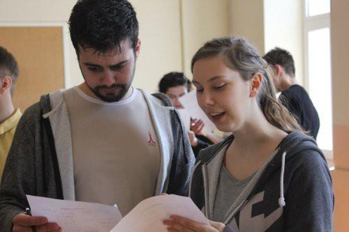 Simon in Simona, člana slovenske ekipe na Mladinski novinarski akademiji.