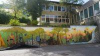 Učenci so zadnje dni počitnic poslikali šolski zid.